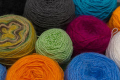 Muitas bolas pequenas de rainbowcolors de lãs na tabela de madeira Imagem de Stock
