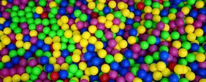 Muitas bolas plásticas coloridas em um kids& x27; ballpit em um campo de jogos Imagens de Stock