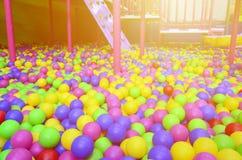 Muitas bolas plásticas coloridas em um kids& x27; ballpit em um campo de jogos Imagem de Stock
