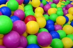 Muitas bolas plásticas coloridas em um kids& x27; ballpit em um campo de jogos Fotos de Stock