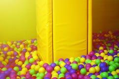 Muitas bolas plásticas coloridas em um kids& x27; ballpit em um campo de jogos Fotos de Stock Royalty Free