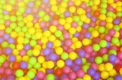 Muitas bolas plásticas coloridas em um kids& x27; ballpit em um campo de jogos Fotografia de Stock