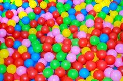 Muitas bolas plásticas multi-coloridas Para salas do ` s das crianças, campo de jogos fotografia de stock royalty free
