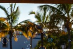 Muitas bolhas de sabão no ar na rua da cidade, divertimento exterior para todos imagem de stock