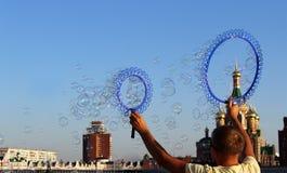 Muitas bolhas de sabão pequenas criam uma pessoa foto de stock royalty free