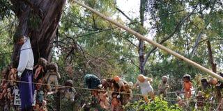 Muitas bonecas assustadores que penduram nas árvores em Xochimilco, Cidade do México fotos de stock royalty free