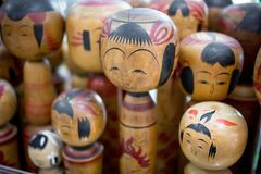 Muitas bonecas velhas de Kokeshi imagem de stock