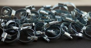 Muitas braçadeiras de tubulação do metal imagem de stock