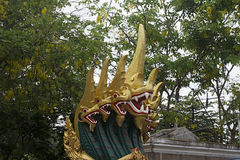 Muitas cabeças serpenteiam a cor dourada verde tradicional de buddha Foto de Stock