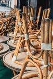 Muitas cadeiras de madeira vazias Fotografia de Stock Royalty Free