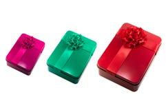 Muitas caixas coloridas dos presentes no fundo branco Imagens de Stock