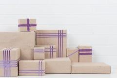 Muitas caixas com fitas cor-de-rosa, fundo do close-up Fotografia de Stock