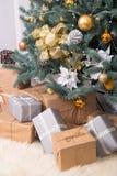 Muitas caixas com os presentes do Natal sob a árvore de Natal imagens de stock