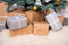 Muitas caixas com os presentes sob a árvore de Natal fotos de stock royalty free