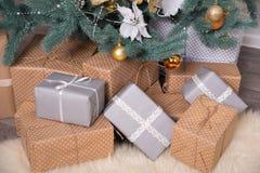 Muitas caixas com os presentes sob a árvore de Natal foto de stock