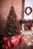 Muitas caixas com os presentes sob a árvore de Natal imagens de stock