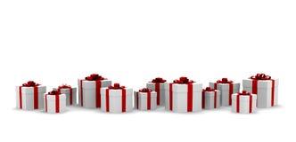 Muitas caixas de presente brancas com fita e curva vermelhas Imagens de Stock Royalty Free