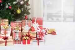 Muitas caixas de presente dos presentes de Natal em uma tabela com tre do Natal Fotos de Stock