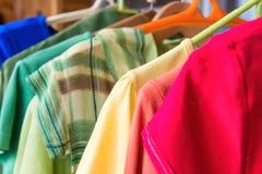 Muitas camisas coloridas Fotos de Stock