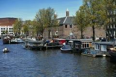 Muitas casas flutuantes no rio de Amstel Imagem de Stock Royalty Free