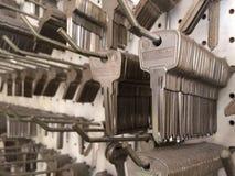 Muitas chaves do aço em uma loja chave foto de stock
