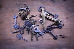Muitas chaves velhas na prancha Foto de Stock