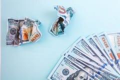 Muitas contas de 100 dólares, cédula americana, fundo azul com close-up da moeda do dinheiro do dinheiro, amarrotaram um desperdí Fotografia de Stock
