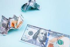 Muitas contas de 100 dólares, cédula americana, fundo azul com close-up da moeda do dinheiro do dinheiro, amarrotaram um desperdí Fotografia de Stock Royalty Free