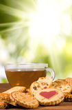 muitas cookies deliciosas e chá no close-up da tabela fotografia de stock