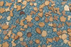 Muitas cookies do gengibre na tabela imagens de stock