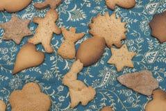 Muitas cookies do gengibre na tabela fotos de stock royalty free