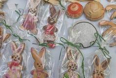Muitas cookies do gengibre na tabela fotografia de stock royalty free