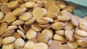 Muitas cookies na tabela, a produção de cookies deliciosas filme