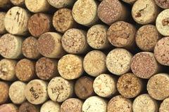 Muitas cortiça diferentes do vinho no fundo Foto de Stock