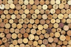 Muitas cortiça diferentes do vinho no fundo Fotos de Stock Royalty Free