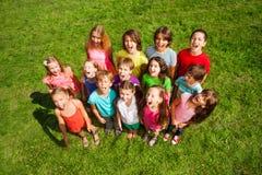 Muitas crianças na grama Fotografia de Stock Royalty Free