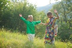 Muitas crianças pequenas, meninos e meninas, vestiram-se na cultura da roupa da Índia fotografia de stock royalty free