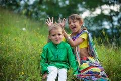Muitas crianças pequenas, meninos e meninas, vestiram-se na cultura da roupa da Índia fotos de stock