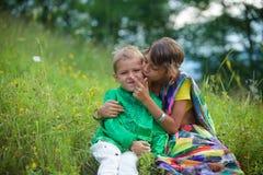 Muitas crianças pequenas, meninos e meninas, vestiram-se na cultura da roupa da Índia imagens de stock