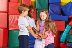 Muitas crianças que empilham suas mãos Imagem de Stock Royalty Free
