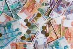 Muitas denominações monetárias de denominações diferentes e de moedas Imagens de Stock