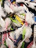 Muitas escovas coloridas da lavagem da louça com as cerdas brancas a vender imagens de stock
