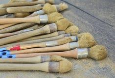 muitas escovas para escavações arqueológicos imagem de stock