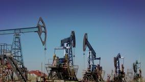 Muitas estações de bombeamento para a produção de petróleo vídeos de arquivo