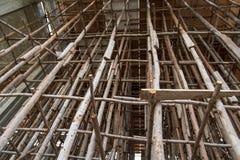 Muitas estruturas de madeira do polo imagem de stock