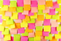 Muitas etiquetas coloridas em um fundo branco Foto de Stock