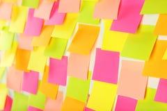 Muitas etiquetas coloridas no fundo branco Imagem de Stock Royalty Free