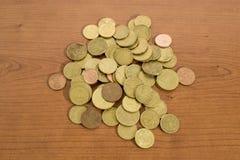 Muitas euro- moedas detalhadas em uma tabela de madeira imagens de stock