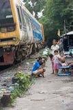 Muitas famílias vivem ao longo das estradas de ferro imagem de stock