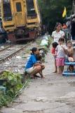 Muitas famílias vivem ao longo das estradas de ferro foto de stock royalty free